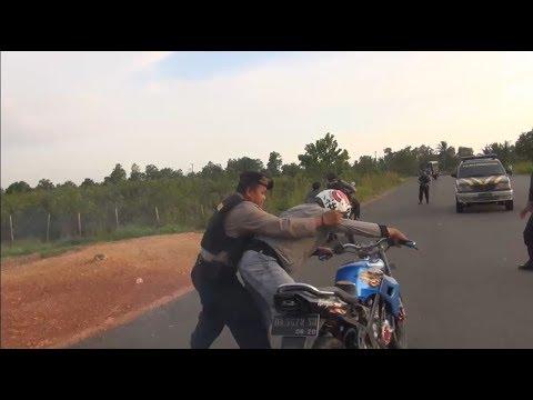 Aksi Kejar-kejaran Pengendara Balap Liar yang Memberontak - 86 Mp3