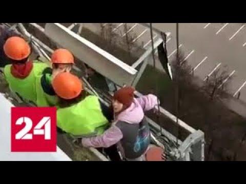 Дети в люльке, но строительной: кто устроил опасный аттракцион? - Россия 24
