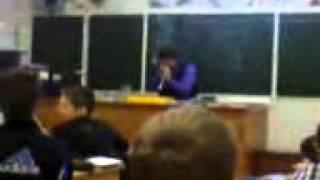 учительница физики КУРИТ НА УРОКЕ!!!