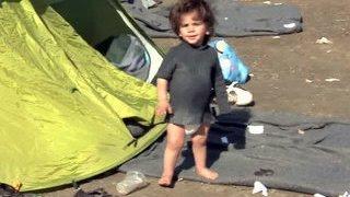 На границе Греции и Македонии скопились десять тысяч беженцев(Мигранты с Ближнего Востока в очередной раз попытались перекрыть железнодорожную линию на границе Греции..., 2016-03-04T03:50:34.000Z)