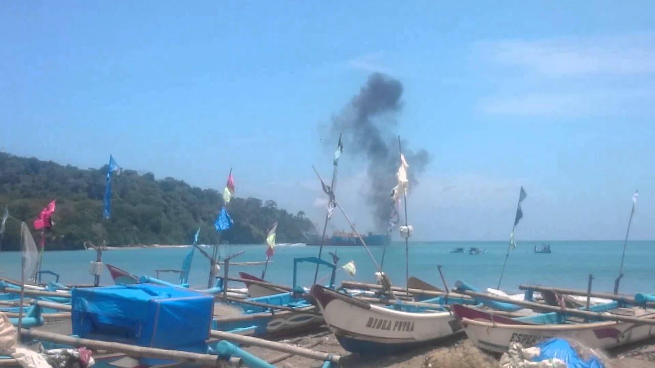 ditengelamkan kapal ikan ilegal asal kore. Di pangandaran - YouTube