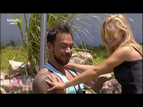 Sandra faz dança sensual para Jorge