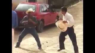 Tremenda pelea de borrachos thumbnail