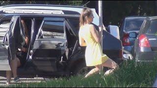 Девушка танцует с дорожным знаком, как с шестом для стриптиза .