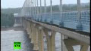 Scary! Massive waves on huge road bridge send Volgograd drivers asphalt surfing