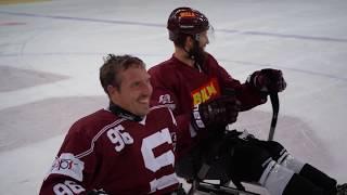 Trénink hráčů se sledge hokejisty