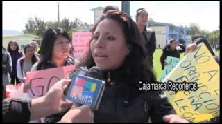 Estudiantes pretenden sacar en burro a docente de la Universidad Nacional de Cajamarca