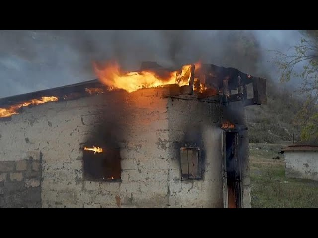 Familias armenias queman sus casas antes de cederlas a Azerbaiyán
