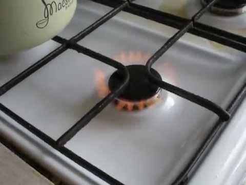 Красный огонь из газовой плиты гранд формат