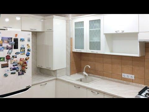 Дизайн угловой кухни с газовой колонкой и холодильником. Кухня с котлом  в углу и большим счетчиком