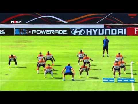 Van Persie 'coach' bij training Oranje   NOS WK Voetbal