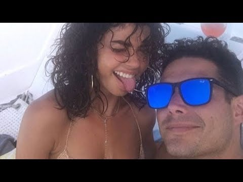 Weird Things Everyone Ignores About Sarah Hyland's Relationship