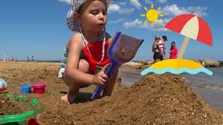 На море купаемся играем в песок  Детское видео