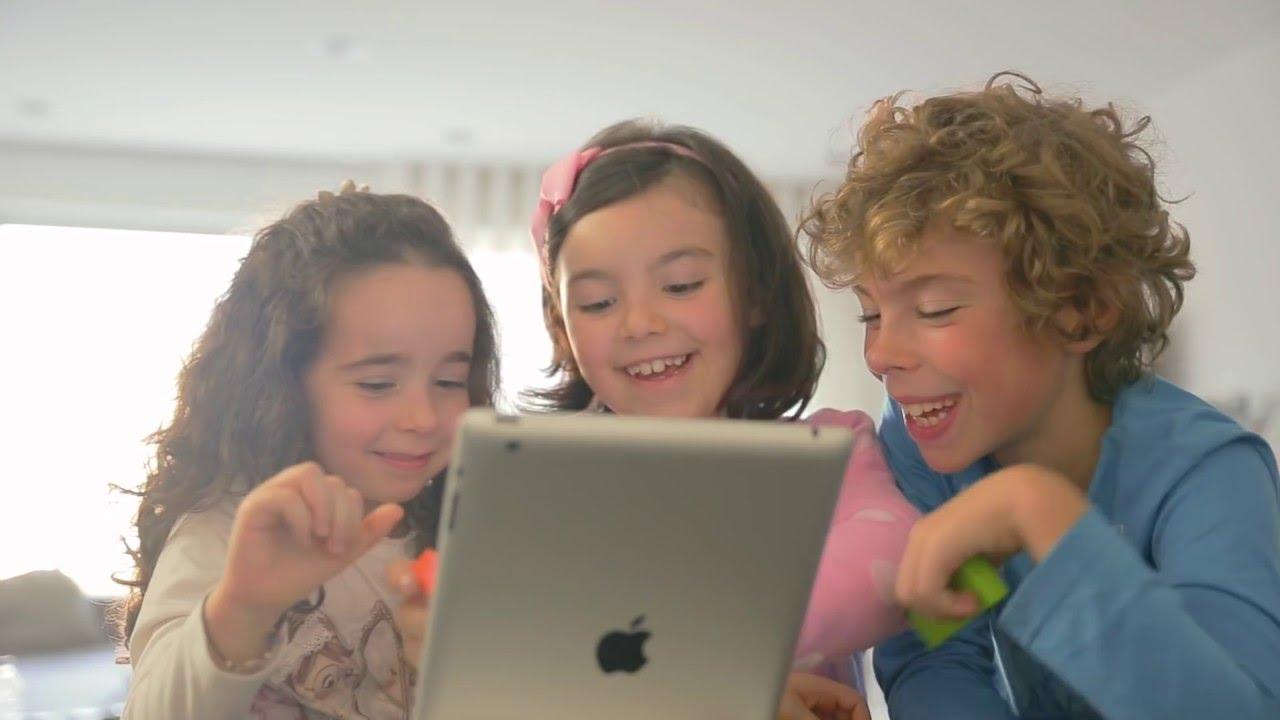 Salah satu cara mengontrol anak dari dunia digital dan siber adalah berdiskusi dengan mereka tentang apa yang baik dan buruk