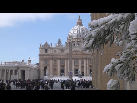 Thousands of tourists and natives head into streets of Rome to enjoy snow in the Vatican