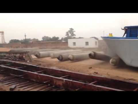 Launching 1.100 tons barge in Paraguay