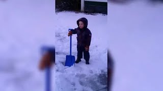 Mama je poslala dječaka da počisti snijeg: Nakon nekoliko trenutaka napravio je nešto...
