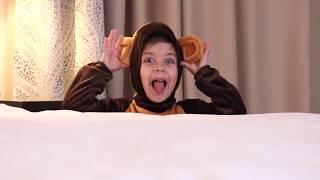 Эмилюша играет как маленькая Обезьянка /Детские стишки песенки на английском языке