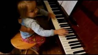 Лемешкина Марианна. 2 года 4 месяца. Знакомство с клавиатурой (фрагмент урока)