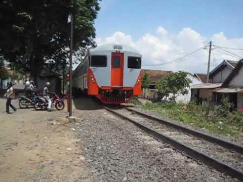Motor Tertabrak Kereta di Purwokerto (Video Amatir) | Doovi