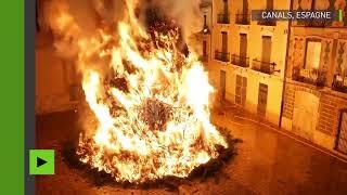 Un immense sapin brûlé à l'occasion des fêtes patronales près de Valence
