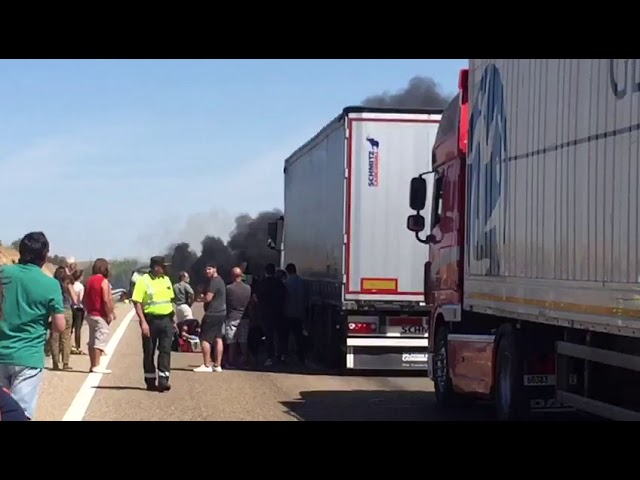 Accidente furgoneta ardiendo A-62