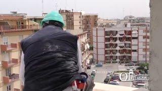Bari, operaio in bilico in via Poli: