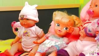 Маша играет со своими куклами и заботится о куклах