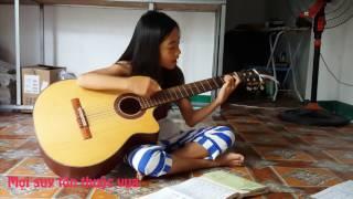 Cô bé 10 tuổi vừa đàn vừa hát ngợi khen Chúa