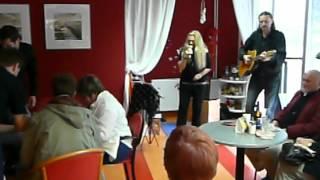 Magdaléna Malaníková a Petr Kochaníček v Café Naděje.MOV