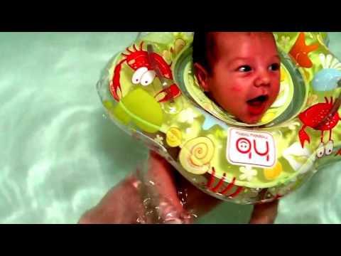 Купание малыша с кругом (1,5 месяца). Довольный как слоник.
