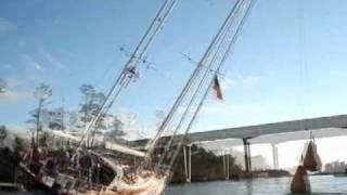 Boot én schipper met ballen passeren een brug