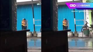 Sepasang Kekasih Berciuman Ditempat Umum Ketika Berteduh Saat Hujan