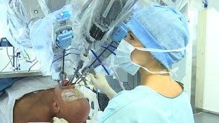 Une opération à l'aide d'un robot contrôlé par un chirurgien
