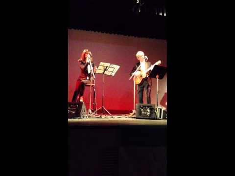 Ivana Gatti e Piergiorgio Cinelli cantano Vecchio scarpone nello spettacolo Adamello