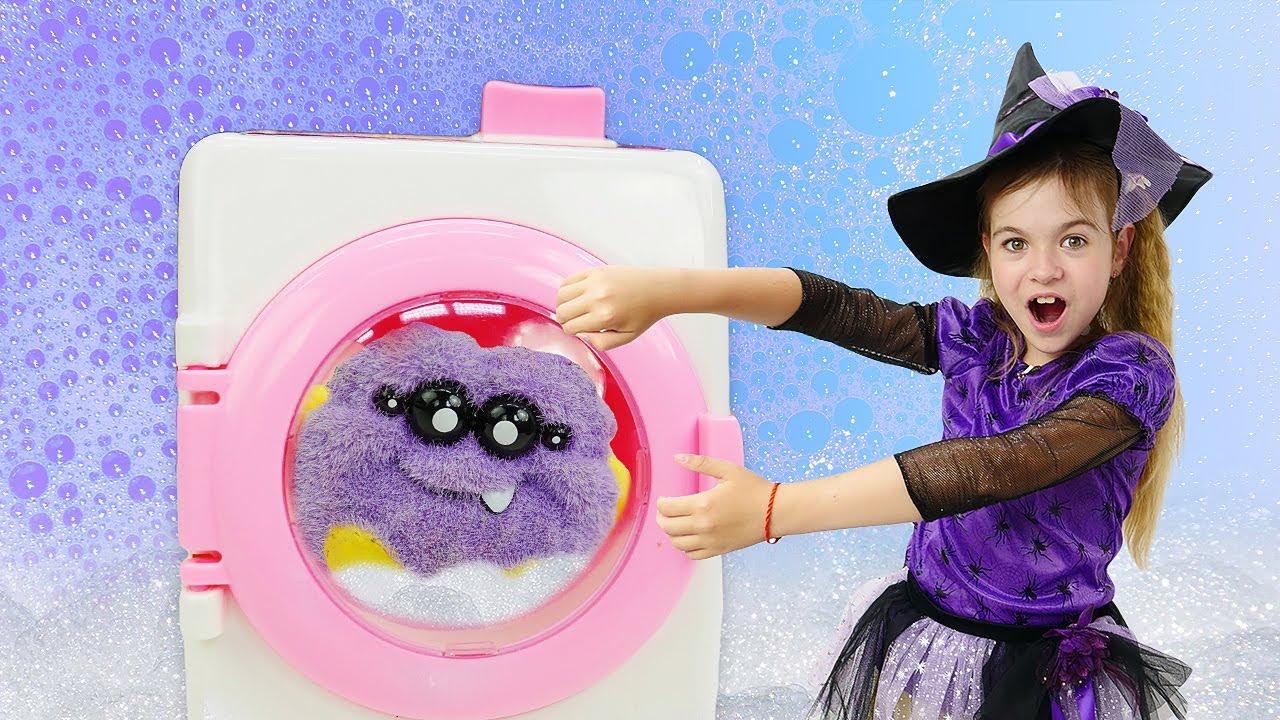 Магическая стирка одежды для игрушек - Маленькая ведьма и её друзья игрушки - Видео для девочек