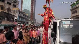 バングラデシュの首都ダッカに謎の男が現れた。 男は派手な衣装を着て、...