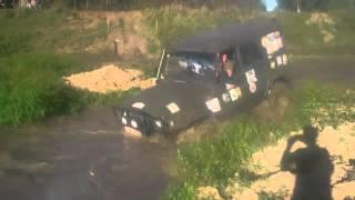УАЗ пробивает грязевую яму