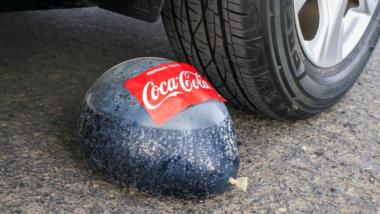 Aplastando Cosas Crujientes y Suaves! Globo de Coca Cola VS Rueda de Coche