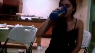 Fernanda Dias - pagando prenda e bebendo um copão de coca.mp4