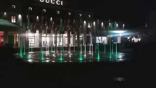 Sicilia Outlet Village - fontana e giochi di luce in piazza Lusso (green)