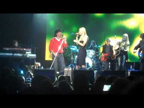 "Tim McGraw & Gwyneth Paltrow Live-""Me and Tennessee"""
