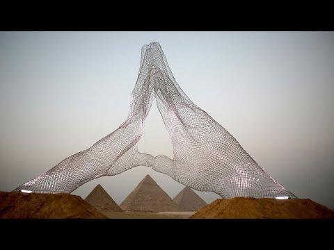 شاهد: أول معرض دولي للمجسمات تحت سفح أهرامات الجيزة