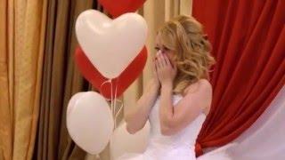 Девушка очень красиво поет поздравление на свадьбе