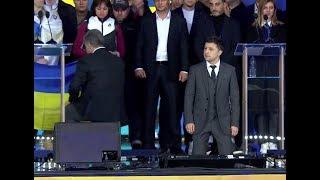 Зеленский встал на колени на дебатах с Порошенко