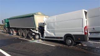 27.09.2017 - Transporter rast in Stauende auf A61