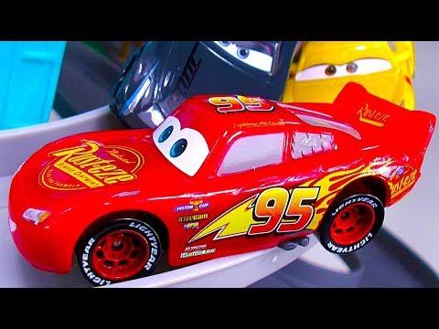 DISNEY CARS 3 PISTON CUP MOTORIZED GARAGE Crashes Smashes Fun Naughty Thomas 🐔