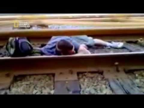 DANGER DE MORT  2014 NATIONAL GEO HD Brade coincé sous un train