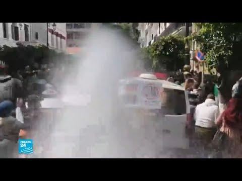 الشرطة تستعمل خراطيم المياه لتفريق المتظاهرين في الجزائر  - 13:54-2019 / 4 / 10