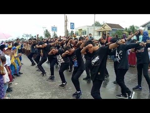 Aksi Peserta Gerak Jalan Pakai Yel Yel Eta Terangkanlah, Bikin Warga Melongo